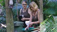Die Gruppe scheint den Abschied ihres selbsternannten Rudelführers gut verkraftet zu haben und widmet sich wieder den häuslichen Aufgaben im Camp: Maren und Rolfe tratschen und waschen nebenbei ein paar Tellerchen.
