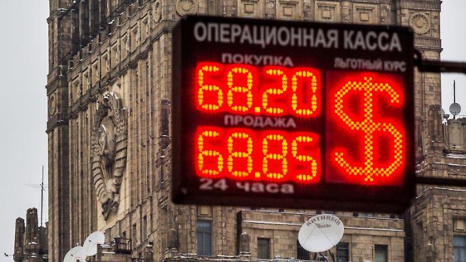 Blick auf das Moskauer Außenministerium; im Vordergrund die Anzeigentafel einer Wechselstube.