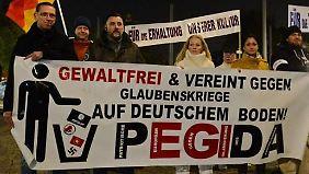 Däbritz (ganz rechts) gehört zu den fünf verbliebenen Pegida-Organisatoren.