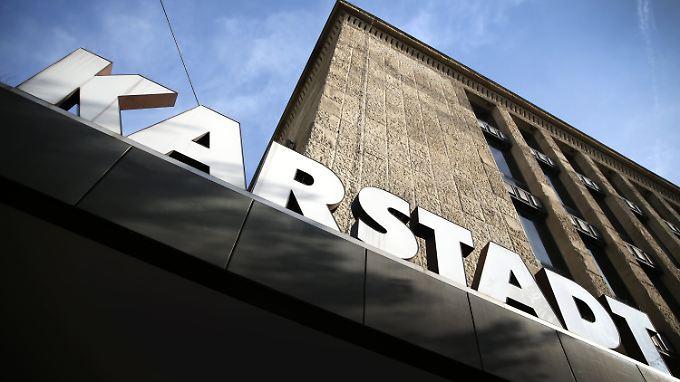 Um Verluste, Filianschließungen und Sparmaßnahmen ging es lange Zeit in Berichten über Karstadt. Nun gibt es wieder positive Nachrichten.