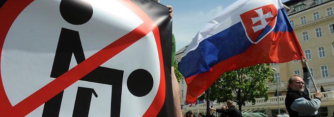 """Slowakische Rechtsextreme protestieren 2010 in Bratislava gegen die """"Rainbow Pride Parade"""", eine Demonstration von Lesben und Schwulen."""