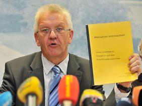 Milliardengrab? Grünen-Fraktionschef Kretschmann mit dem Gutachten, das eine Kostenexplosion prognostiziert.