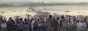 """Syrische Kurden an der türkischen Grenze (Archivbild aus dem vergangenen September): """"Wir haben schon etwa zwei Millionen Flüchtlinge."""""""