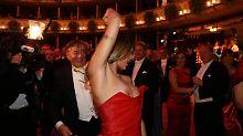 Einmal nicht aufgepasst: Canalis entgleitet beim Opernball das Kleid