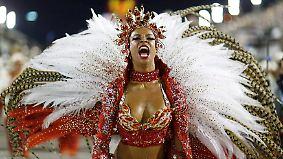 Heiße Rhythmen und nackte Haut: Jecken schwingen in Rio bei über 30 Grad die Hüften