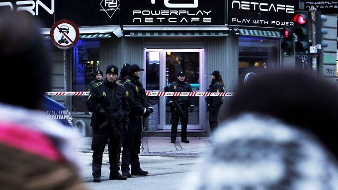 In Kopenhagen stürmten Beamte ein Internetcafé und nahmen zwei Personen fest.
