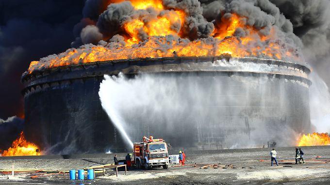 Gefechte zwischen Konfliktpartein in Libyen haben bereits mehrfach die Ölproduktion des Landes beeinträchtigt - im Dezember wurde am Ölhafen von Ras Lanuf ein Tank in Brand geschossen.