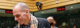 Trotzdem reichen sich Schäuble und der griechische Finanzminister immer wieder die Hände. Ein besonderer Schal sorgt bei Varoufakis für einen schicken Stil.