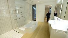 Die dürfen dann die sagenumwobene Badewanne in den Privatgemächern des Bischofs bestaunen, die ...