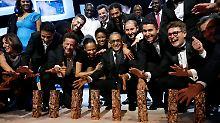 """Stolz posiert die Crew von """"Timbuktu"""" mit den César-Trophäen."""