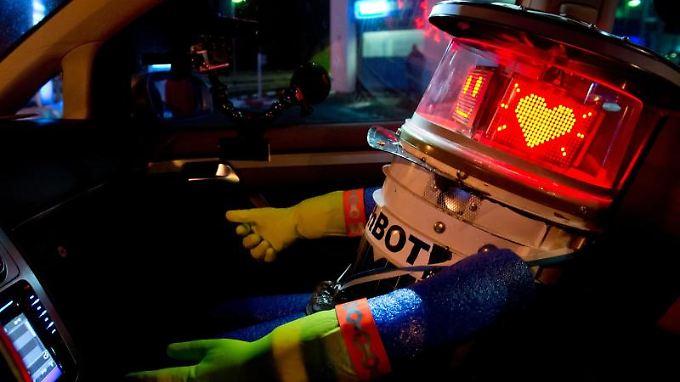 """Der Roboter """"hitchBOT"""" in einem Auto (Archivbild)."""