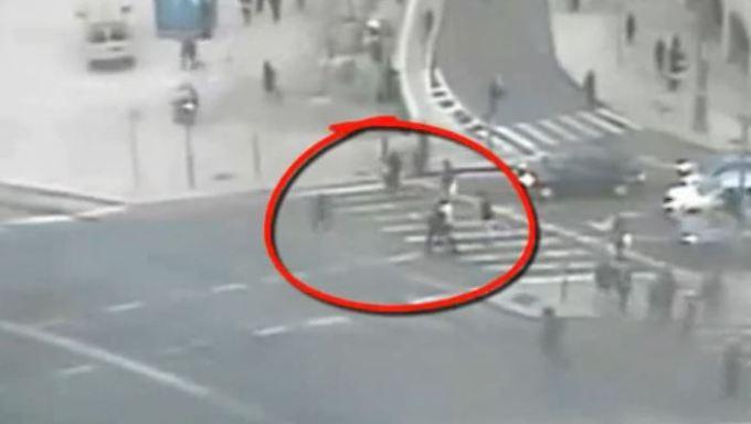 Zusammen mit seinen Leibwächtern nähert sich Bürgermeister Barkat (weißes Hemd) dem Täter: Eine Überwachungskamera zeichnet das Geschehen an der viel befahrenen Kreuzung auf.