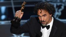 """""""Birdman""""-Regisseur Iñárritu mit einem seiner drei Oscars."""
