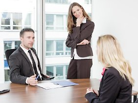 Ist der Job nicht eine Nummer zu groß für Sie? Mit so einer Frage wollen Personaler Bewerber unter Druck setzen. Nun gilt es, ruhig zu bleiben und souverän die eigenen Stärken aufzuzählen.
