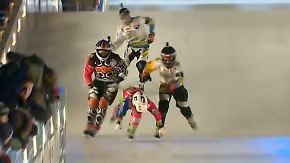 Rasant und ein wenig verrückt: Crashed-Ice-Athleten rasen mit 70 km/h übers Eis