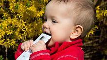 Vor den Händen des neun Monate alten Mädchens ist das Smartphone nicht sicher. Damit keine unfreiwilligen Anrufe abgehen, können Eltern einiges unternehmen.
