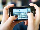 Mehr als eine Schummelhilfe: Gehören Handys in die Schule?