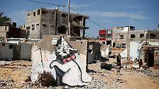 ... niedliche Kätzchen gehören zum Repertoire von Banksy. Auf die Frage, was dieses Werk zu bedeuten habe, antwortet Banksy einem Passanten, dass Menschen sich immer nur Katzenbilder im Internet anschauen.