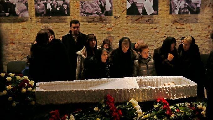 Nemzows Mutter und andere Verwandte trauern am Sarg des Toten.
