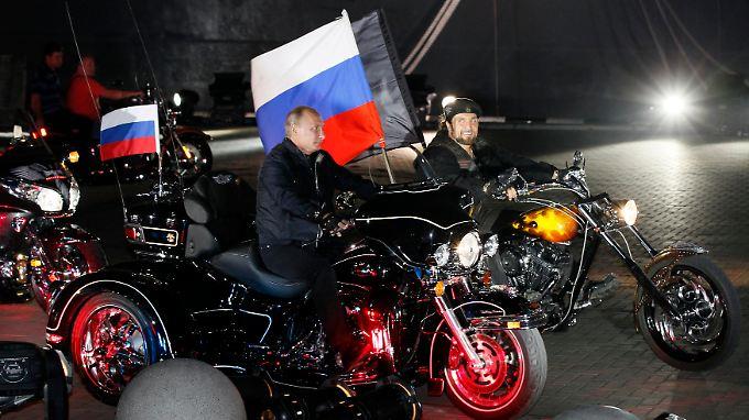 """""""Starke"""" Männer unter sich: Präsident Putin mit """"Nachtwölfe""""-Chef Saldostanow waren 2011 zusammen auf einem Biker-Festival."""