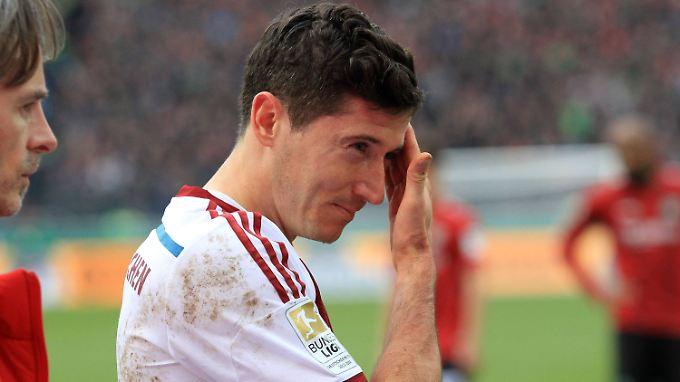 Autsch: Robert Lewandowski schmerzt der Kopf.