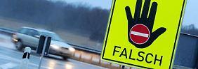 Oft ist Leichtsinn schuld an Falschfahrten - etwa wenn Autofahrer wenden, weil sie eine Ausfahrt verpasst haben. Nicht selten spielen auch Stress oder Alkohol und Drogen eine Rolle.