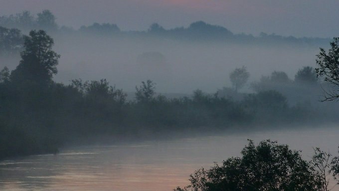 Der Bug im Morgengrauen - mittlerweile ist der Fluss die Ostgrenze der EU.