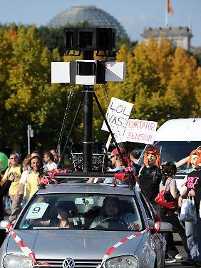 """Anspielung auf Google Streetview: Ein Auto verteilt """"Google Bubbles"""" in Berlin."""