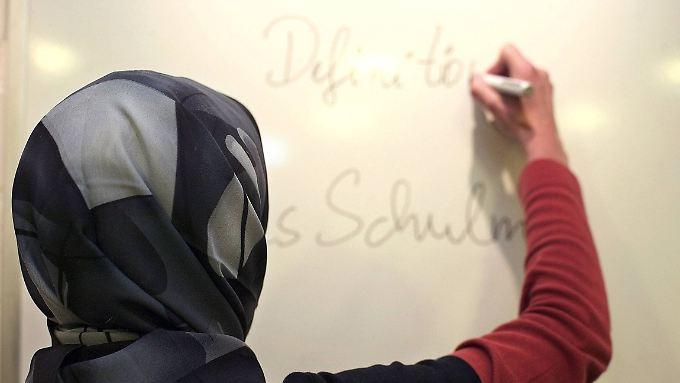 Was ein Lehrer im Kopf hat, ist nicht an der vorhandenen oder nicht vorhandenen Kopfbedeckung zu erkennen.