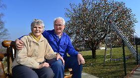 Jahr für Jahr schmückt das Ehepaar Kraft den Apfelbaum in ihrem Garten. Damit soll nun jedoch Schluss sein.