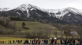 In Seyne-les-Alpes postieren sich Medienteams aus aller Welt. Auch die Angehörigen kommen in den Ort, um Abschied zu nehmen.