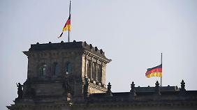 Fahnen auf halbmast auf dem Reichstagsgebäude in Berlin