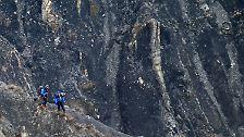 Von Seyne-les-Alpes nehmen sie Kurs auf die Stelle, an der der Airbus A320 der Lufthansa-Tochter Germanwings an den Felsen zerschellte.