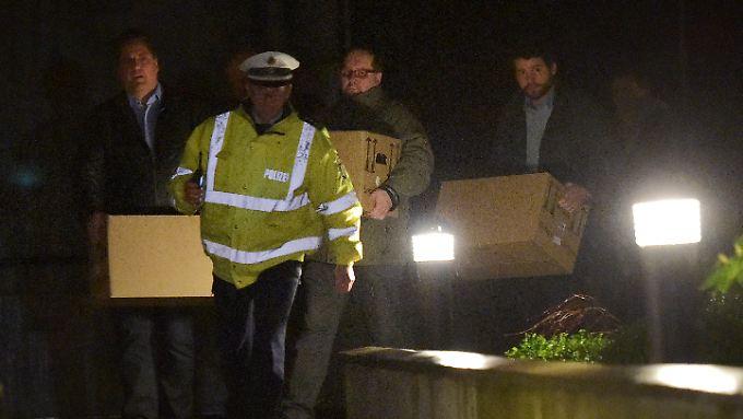 Beamte tragen Kartons aus der Düsseldorfer Wohnung von Andreas Lubitz.
