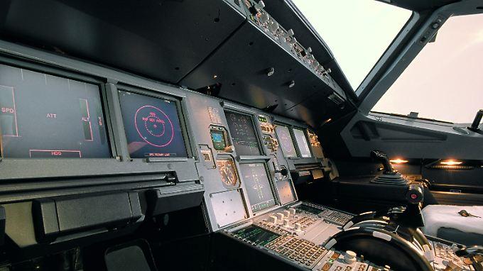 """""""Zu der Sicherheitsausrüstung eines A320 gehört auch eine Axt"""": Blick ins Cockpit einer A320 (Archivbild)."""