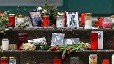 """""""Wir denken an euch. Wir wünschen euch Kraft. Wir werden die Toten nicht vergessen"""" - die selbst gebastelten Plakate im Trauerraum des Joseph-König-Gymnasiums in Haltern zeigen den tiefen Schmerz, der bis heute anhält."""