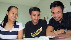 Lorenzo Ancheta (r), Francis Verdadero (M) und Sheila Monte beim Deutschlernen im Goethe-Institut in Manila.