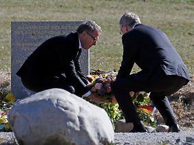 Die beiden Firmenchefs legten einen Kranz an der Gedenkstele nieder.