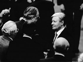 Am 1. Oktober wird Schmidt durch ein Konstruktives Misstrauensvotum im Bundestag gestürzt. Er gratuliert seinem Nachfolger Helmut Kohl.