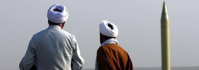Iranische Geistliche schauen auf die erste vom Iran modifizierte Kurzstreckenrakete Shahab-1. Im Streit um Irans Atomprogramm hat der Westen Teheran verdächtigt, unter dem Deckmantel eines zivilen Programms Nuklearwaffen zu entwickeln.