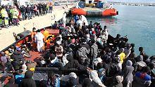 Seenot zwischen Libyen und Sizilien: EU-Schiffe retten 1800 Bootsflüchtlinge