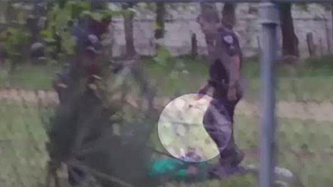 Weißer mann aus einem schwarzen mädchen helfen