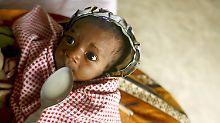 Ein unterernährtes Baby wird in einem Zentrum der German Agro Action (GAA) im Dorf Nosy Varika in Madagaskar versorgt.