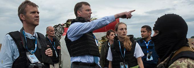 Alexander Hug im Gespräch mit OSZE-Beobachtern und einem prorussischen Separatisten in Hrabowe