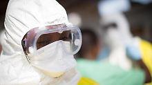Freiwilliger Helfer im liberischen Monrovia. Insgesamt hat die WHO seit Ausbruch der Epidemie vor mehr als Jahr bislang rund 25 500 Ebola-Infektionen und fast 10 600 Todesfälle registriert. Foto: Kay Nietfeld