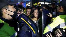 """Polizei schützt Präsidenten: """"Sewol""""-Angehörige randalieren"""