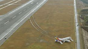 """""""Als ob die Räder brechen"""": Flugzeug in Japan schießt über Landebahn hinaus"""