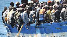 Afrikanische Flüchtlinge auf einem Schlepperboot vor der italienischen Insel Lampedusa