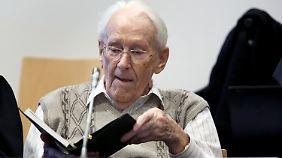 """Beihilfe zum Mord in 300.000 Fällen: Prozess gegen den """"Buchhalter von Auschwitz"""" beginnt"""