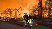 In der Nacht brennt die historische Viehauktionshalle komplett nieder. Zur Brandursache gibt es noch keine Angaben.